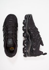 Nike Sportswear - AIR VAPORMAX PLUS - Sneakersy niskie - black/dark grey - 1