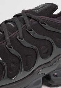 Nike Sportswear - AIR VAPORMAX PLUS - Sneakersy niskie - black/dark grey - 5