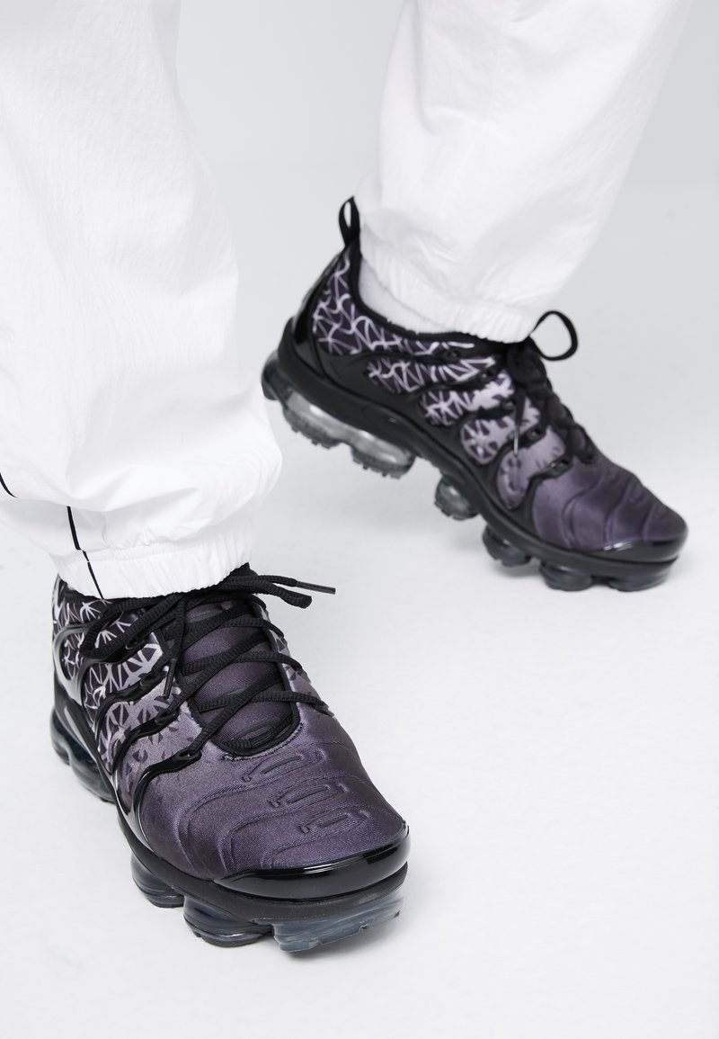 Nike Sportswear - AIR VAPORMAX PLUS - Matalavartiset tennarit - black/white