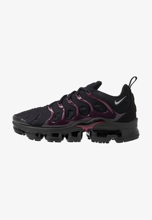 AIR VAPORMAX PLUS - Sneakers - black/reflect silver/noble red