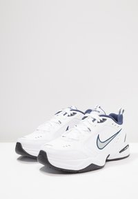 Nike Sportswear - AIR MONARCH IV - Joggesko - white/metallic silver - 2