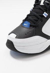 Nike Sportswear - AIR MONARCH IV - Sneakers laag - black/white/racer blue - 5