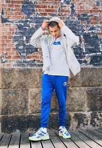 Nike Sportswear - M2K TEKNO - Matalavartiset tennarit - white/black/volt/racer blue - 6