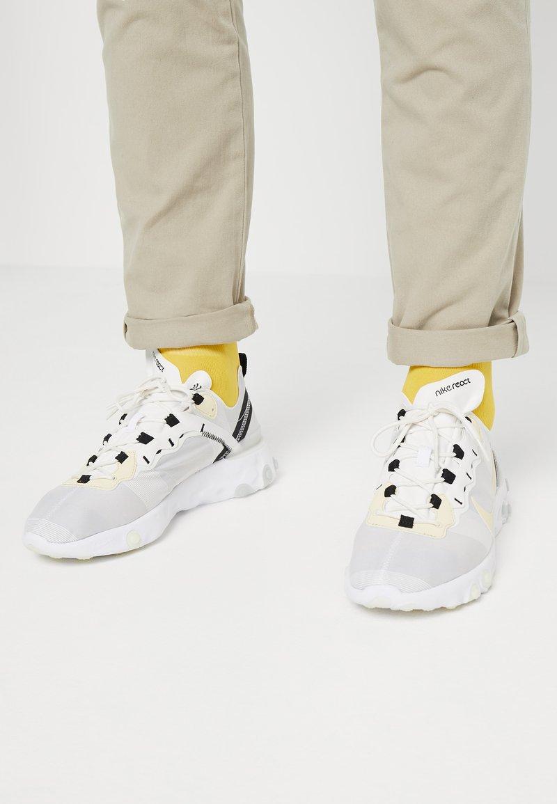 Nike Sportswear - REACT 55 - Sneakersy niskie - white/pale vanilla/black/pale ivory