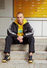Nike Sportswear - ZOOM  - Sneakers - black/white/dynamic yellow - 7