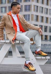 Nike Sportswear - AIR MAX 720 - Sneakers laag - team orange/university gold/black - 6