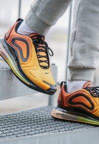 Nike Sportswear - AIR MAX 720 - Sneakers laag - team orange/university gold/black - 7
