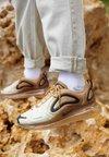 Nike Sportswear - AIR MAX 720 - Trainers - wheat/black/club gold