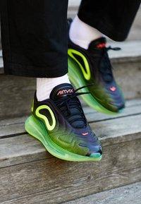 Nike Sportswear - AIR MAX 720 - Sneakersy niskie - black/bright crimson/volt - 6