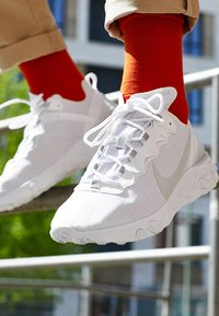 Nike Sportswear - REACT ELEMENT 55 SE - Trainers - white/pure platinum - 8
