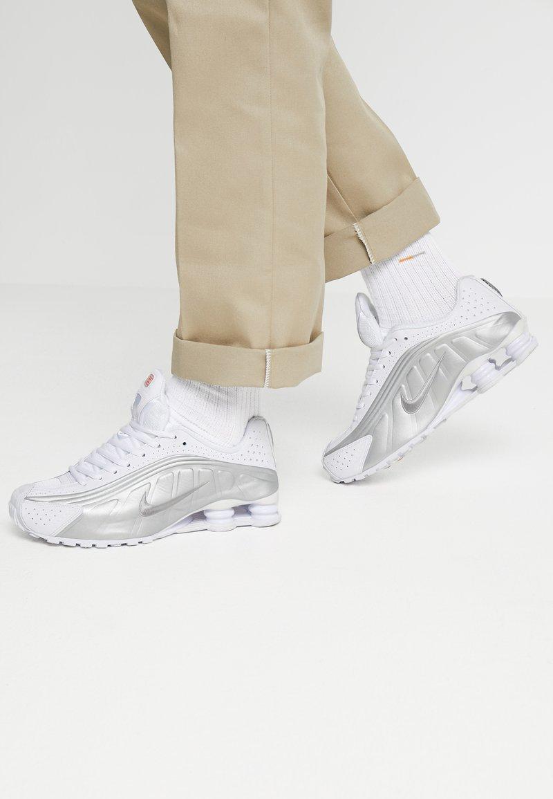 Nike Sportswear - SHOX R4 - Sneakers basse - white/metallic silver/crimson
