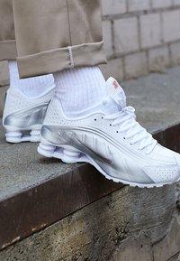 Nike Sportswear - SHOX R4 - Trainers - white/metallic silver/crimson - 7