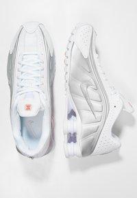 Nike Sportswear - SHOX R4 - Trainers - white/metallic silver/crimson - 2