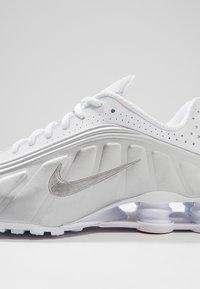 Nike Sportswear - SHOX R4 - Trainers - white/metallic silver/crimson - 8