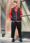 Nike Sportswear - SHOX R4 - Sneaker low - black/white