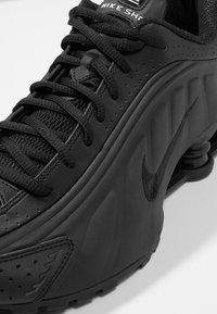 Nike Sportswear - SHOX R4 - Zapatillas - black/white - 8