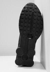 Nike Sportswear - SHOX R4 - Zapatillas - black/white - 5