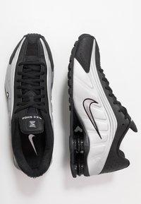 Nike Sportswear - SHOX R4 - Sneaker low - black/metallic silver/wolf grey - 1