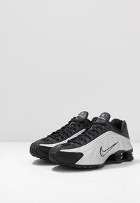 Nike Sportswear - SHOX R4 - Sneaker low - black/metallic silver/wolf grey - 2