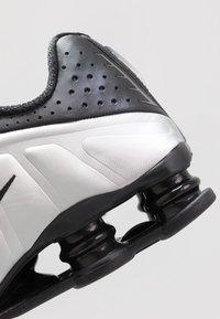 Nike Sportswear - SHOX R4 - Sneaker low - black/metallic silver/wolf grey - 5