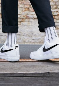 Nike Sportswear - AIR FORCE 1 '07 LV8 - Sneakers laag - white/black/pure platinum - 7