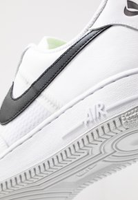 Nike Sportswear - AIR FORCE 1 '07 LV8 - Sneakers laag - white/black/pure platinum - 8