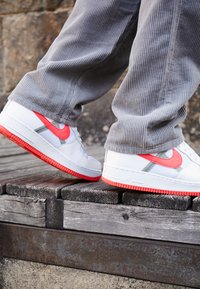 Nike Sportswear - AIR FORCE 1 '07 LV8 - Zapatillas - white/bright crimson/barely volt/pale ivory/atmosphere grey/black - 7