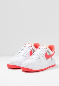Nike Sportswear - AIR FORCE 1 '07 LV8 - Zapatillas - white/bright crimson/barely volt/pale ivory/atmosphere grey/black - 3