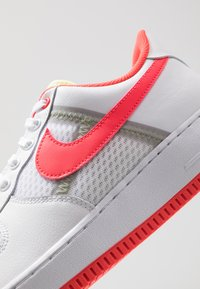 Nike Sportswear - AIR FORCE 1 '07 LV8 - Zapatillas - white/bright crimson/barely volt/pale ivory/atmosphere grey/black - 8