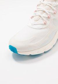 Nike Sportswear - AIR MAX 270 REACT - Joggesko - summit white/ghost aqua/phantom/coral stardust/imperial blue/light bone - 5