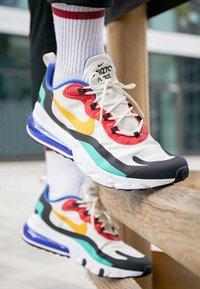 Nike Sportswear - AIR MAX 270 REACT - Tenisky - phantom/university  gold/university  red/black/kinetic green/hyper royal - 7