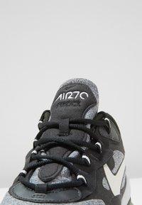 Nike Sportswear - AIR MAX 270 REACT - Zapatillas - black/vast grey/off noir - 5