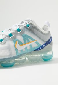 Nike Sportswear - AIR VAPORMAX 2019 SE - Sneakers laag - white/university gold/wolf grey/game royal - 6