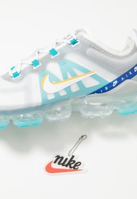 Nike Sportswear - AIR VAPORMAX 2019 SE - Sneakers laag - white/university gold/wolf grey/game royal - 5