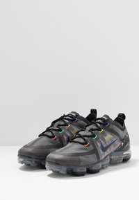 Nike Sportswear - AIR VAPORMAX 2019 SE - Matalavartiset tennarit - black/psychic purple/flash crimson/university gold/kinetic green