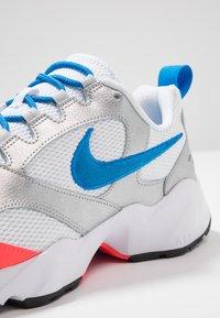 Nike Sportswear - AIR HEIGHTS - Zapatillas - white/photo blue/metallic platinum/flash crimson/pure platinum/black - 5