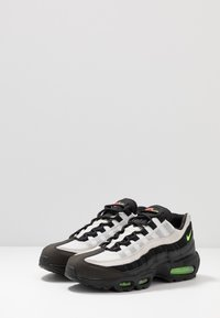 Nike Sportswear - AIR MAX 95 ESSENTIAL - Trainers - black/electric green/platinum tint/crimson - 2