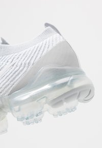 Nike Sportswear - AIR VAPORMAX FLYKNIT - Sneakers laag - white/pure platinum/metalic silver - 5