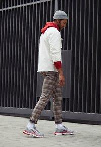Nike Sportswear - P-6000 - Sneakers - football grey/university red/black/white - 6