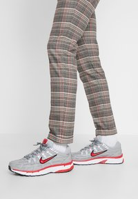 Nike Sportswear - P-6000 - Sneakers - football grey/university red/black/white - 0