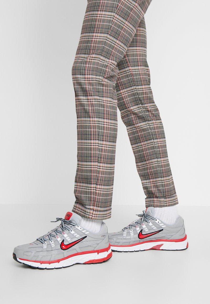 Nike Sportswear - P-6000 - Sneakers - football grey/university red/black/white