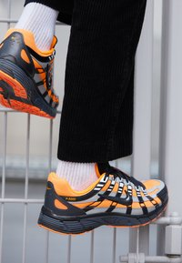Nike Sportswear - P-6000 - Matalavartiset tennarit - total orange/black/anthracite/flat silver - 7