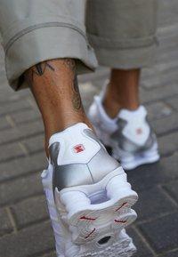 Nike Sportswear - Nike Shox TL Herrenschuh - Joggesko - white/metallic silver/max orange - 7