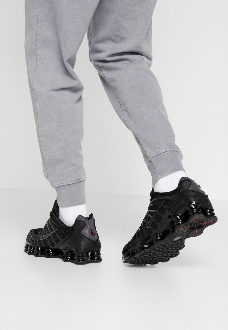 Nike Sportswear - SHOX TL - Sneakers basse - black/metallic hematite/max orange