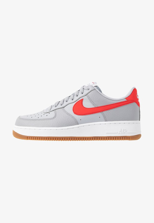 AIR FORCE 1 '07 - Sneakersy niskie - wolf grey/univ red/white/gum med brown