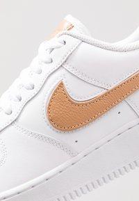 Nike Sportswear - AIR FORCE 1 '07 LV8  - Trainers - white/obsidian - 9