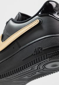 Nike Sportswear - AIR FORCE 1 '07 LV8  - Tenisky - black/white - 9