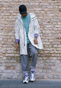 Nike Sportswear - AIR MAX 95 LV8 - Sneakersy niskie - white/black/bright crimson/university gold/lucid green - 6