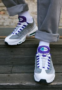 Nike Sportswear - AIR MAX 95 LV8 - Sneakers basse - white/black/bright crimson/university gold/lucid green - 7