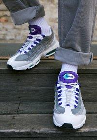 Nike Sportswear - AIR MAX 95 LV8 - Sneakersy niskie - white/black/bright crimson/university gold/lucid green - 7